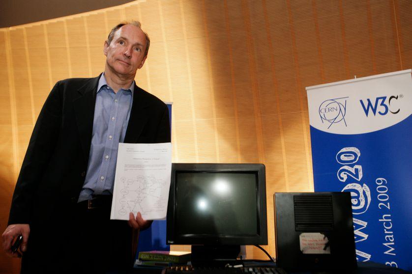 Tim Berners-Lee, l'inventeur du web, pose à côté du premier ordinateur ayant été utilisé comme serveur pour diffuser le world wide web. Photo prise en 2009 au siège du CERN à Genève.