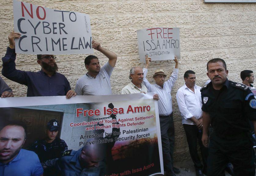 Les suporteurs palestiniens du militant Issa Amro, qui a été libéré sous caution par un tribunal palestinien le 10 septembre 2017 après son arrestation antérieure le 4 septembre, prennent part à une manifestation à Hébron, en Cisjordanie.