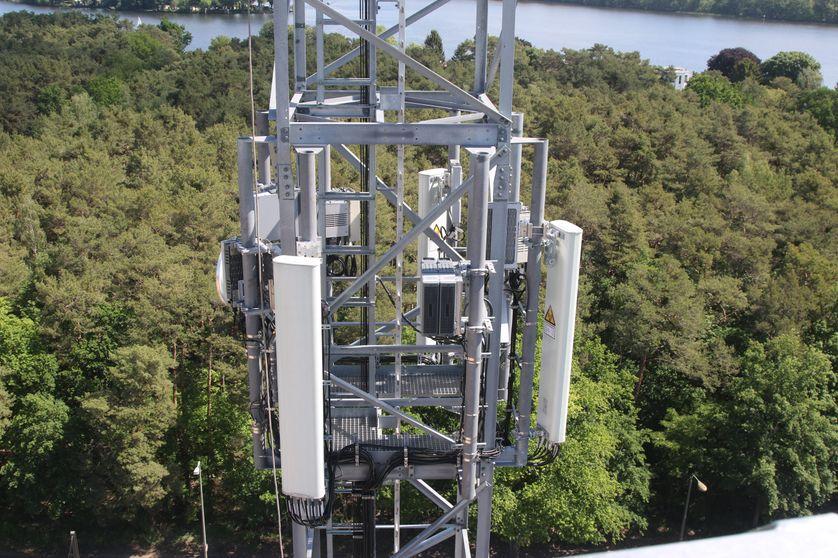 Une antenne 5G à Berlin. Certains commentateurs écologistes craignent que l'infrastructure liée à la 5G ait un impact écologique important, en plus de la pollution numérique.