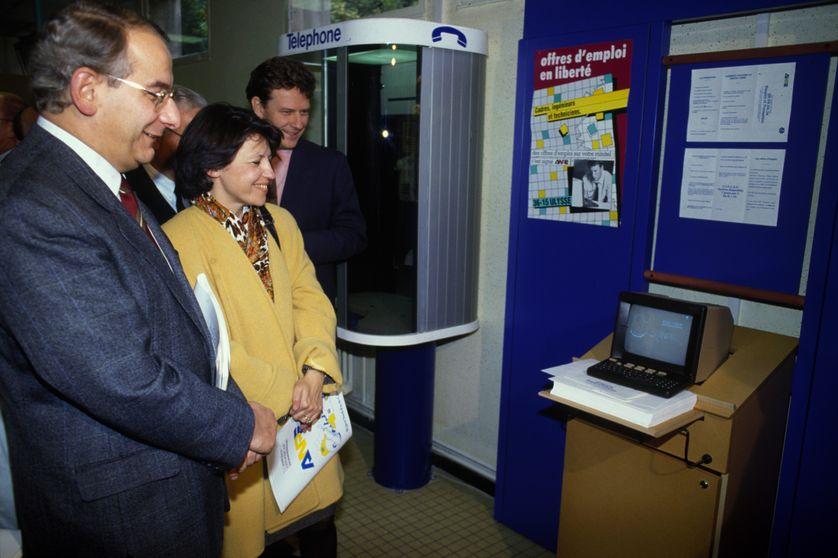 Michel Delebarre et Martine Aubry devant un minitel en octobre 1991 : apparu en 1980, le minitel s'est imposé dans les foyers français avant d'être progressivement remplacé par les ordinateurs avec accès à internet